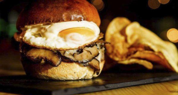 Nuestros platos de pizarra, la presentación perfecta para una hamburguesa gourmet