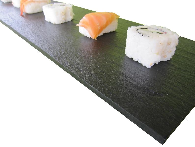 Sushi en plato de pizarra