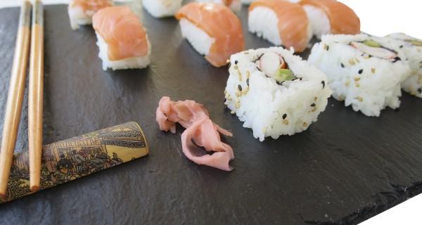 Sushi, un placer para disfrutar en un plato de pizarra