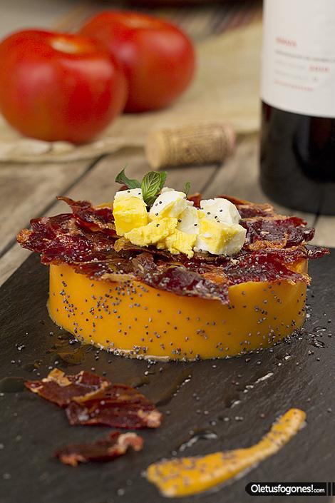 Timbal salmorejo con jamon iberico en plato pizarra